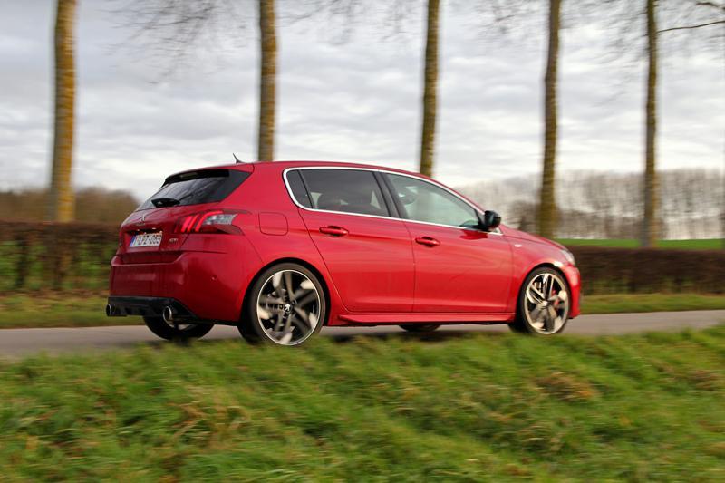 8_Peugeot_308_GTI_dynamique_dos.jpg