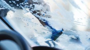 Je ruiten ontdooien met draaiende motor: mag dat?