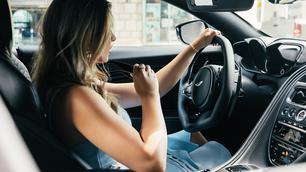Luide muziek in de auto: wat zegt de wet?