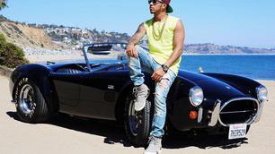 Lewis Hamilton en zijn AC Cobra
