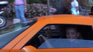 Video: deze blondine weet hoe ze moet omgaan met een supercar
