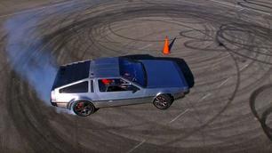 Video: driften met een zelfstandig rijdende DeLorean!