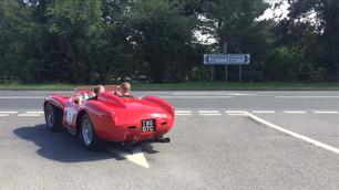 Video: geniet van deze klassieke Ferrari op de openbare weg