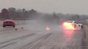 Video: vurige drag race voor een Dodge Viper