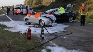 Ernstig ongeval met Porsche 356 B en Tesla