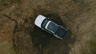 Bijzonder: Rivian pick-up maakt ter plekke rechtsomkeer zoals een tank