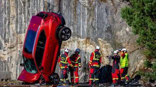 Veiligheid: Volvo laat auto's van een kraan vallen