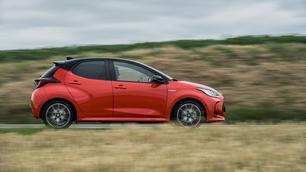 Nieuwe Mazda 2 wordt een Toyota Yaris met ander logo