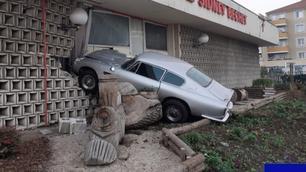 Cette Aston Martin DB6 a fini sa course dans un mur