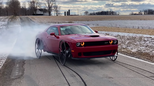 Video: Dodge Challenger SRT Hellcat op karrenwielen