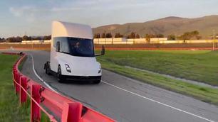 Video: de Tesla Semi rijdt zich warm op het circuit