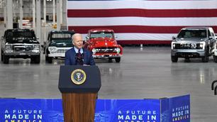 Joe Biden mag als eerste met de Ford F-150 Lightning rijden