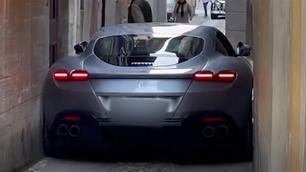 Video: Ferrari Roma rijdt zichzelf klem in een smal straatje…
