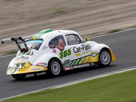 Win één van de 10 plaatsen als co-piloot in de Car-Pass VW Fun Cup in Zolder!